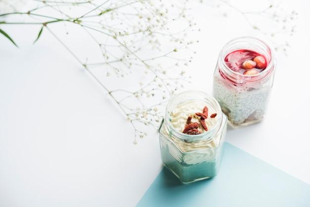 Pots de smoothie sains et gypsophile sur fond blanc