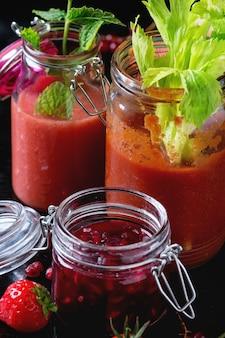 Pots de smoothies rouges