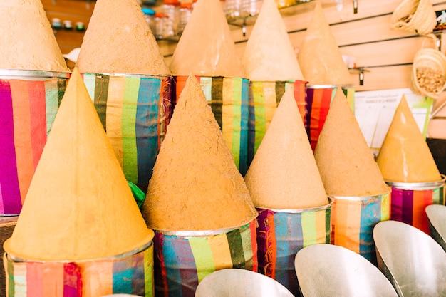 Pots en terre cuite sur un marché au maroc