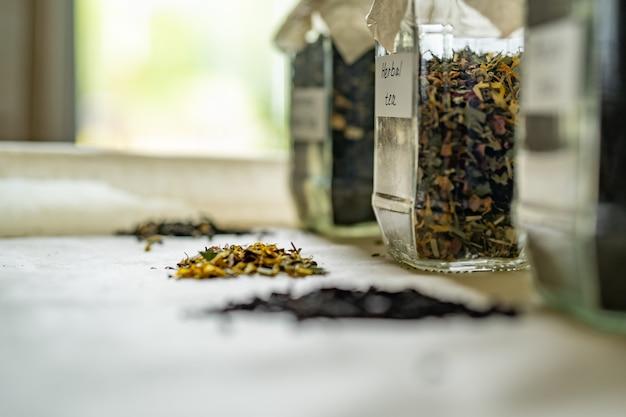 Pots avec trois types de thé sur table, médecine alternative et aliments naturels. vue de côté