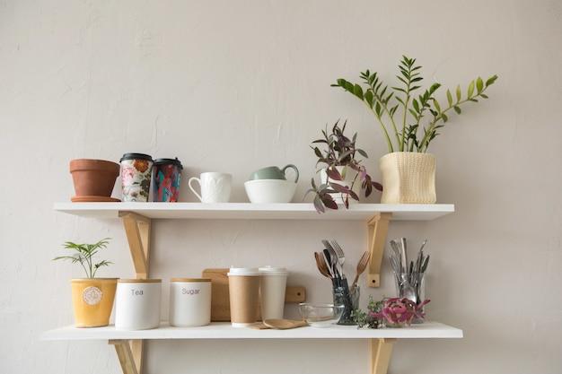 Pots et vaisselle sur les étagères