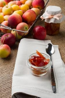 Pots de verre de confiture de pomme