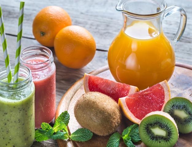 Pots en verre de smoothies aux fruits