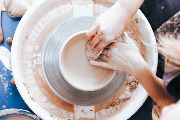 Potter travaille dans un atelier
