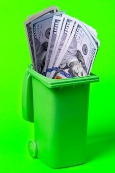 Poubelle d'argent isolé sur vert .deux clés