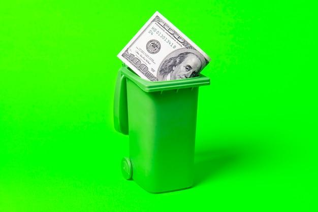 Poubelle d'argent isolé sur vert .environnement