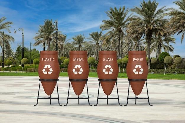 Poubelle en argile à ordures avec des signes de recyclage dans la rue de la ville vide avec des palmiers en gros plan extrême. rendu 3d