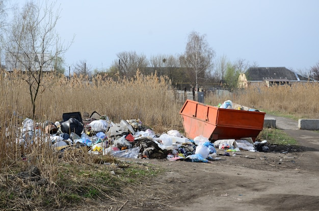 La poubelle est pleine de déchets et de déchets. enlèvement intempestif des ordures dans les zones peuplées
