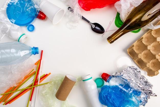 Poubelle en plastique sur fond blanc. pollution environnementale