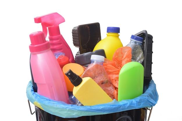 Une poubelle de recyclage en plastique