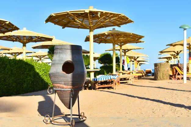 Poubelle rétro sur la plage en egypte
