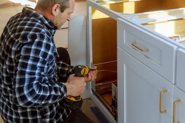 Poubelle à tiroirs installés avec façade pour tiroir à l'intérieur pour petits objets