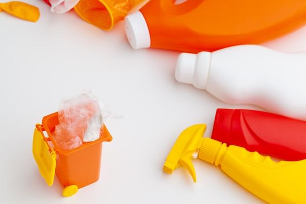 Poubelles et assortiment de déchets, concept irecycle