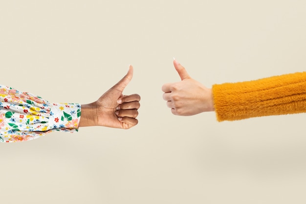 Les pouces vers le haut les mains sont d'accord et en désaccord geste