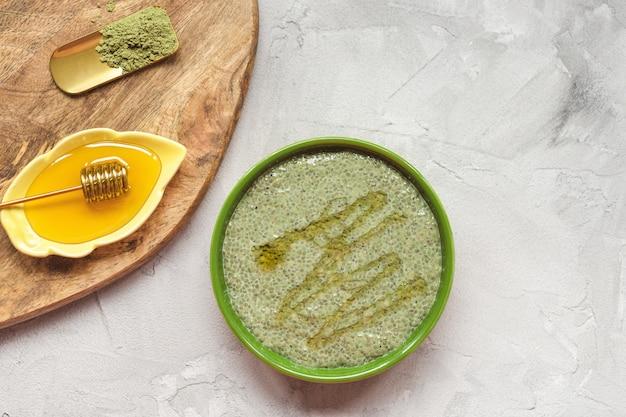 Pouding aux graines de chia matcha et miel