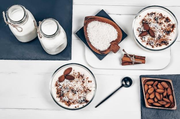 Pouding à la vanille fait maison avec des amandes, du lait d'amande, des flocons de noix de coco et de la cannelle