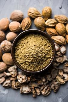 La poudre ayurvédique indienne triphala churan ou trifala est un médicament ancien pour les problèmes de transit intestinal ou d'indigestion. mise au point sélective
