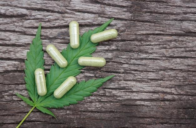 Poudre à base de plantes avec des capsules de cannabis pour une alimentation saine à partir de nombreuses herbes