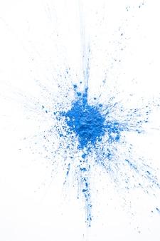 Poudre bleue peinte sur la table