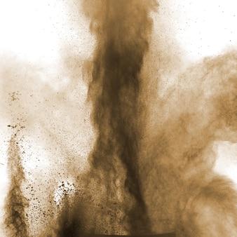 Poudre brune explosive sur fond blanc.
