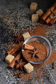 Poudre de cacao, bâtons de cannelle et anis