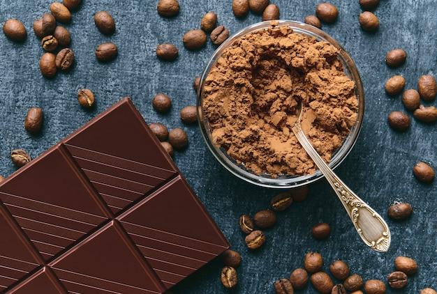 Poudre de cacao, grains de café frais frits et barre chocolatée
