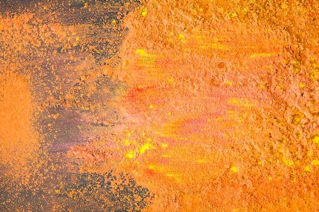 Poudre colorée orange sur table