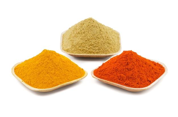 Poudre colorée de piment rouge indien d'épices, poudre de safran des indes ou poudre de coriandre