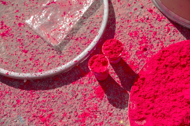 Poudre de couleur holi rouge dans des verres et une assiette