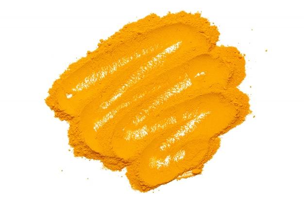 Poudre de curcuma sec isolé sur fond blanc. gros plan de poudre de curcuma de couleur orange. vue de dessus