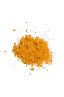 Poudre de curcuma sèche isolée sur fond blanc. gros plan de la poudre de curcuma de couleur orange. vue de dessus.