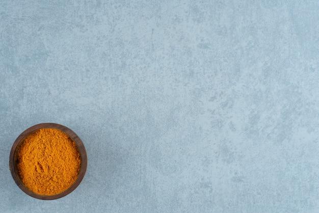 Poudre de curcumine mélangée dans une tasse en bois. photo de haute qualité
