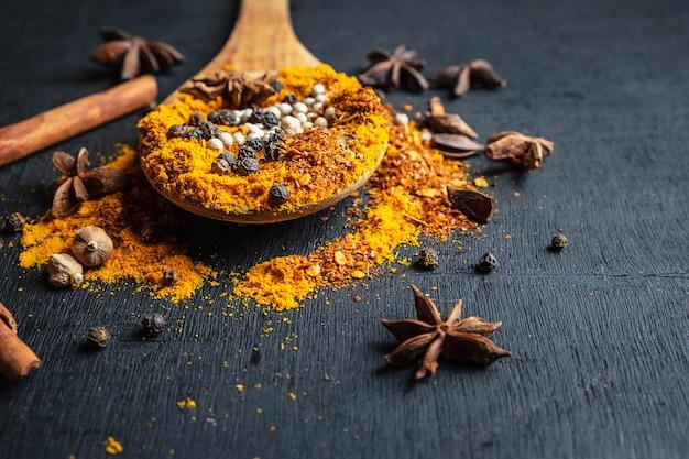 Poudre d'épice sur une cuillère en bois