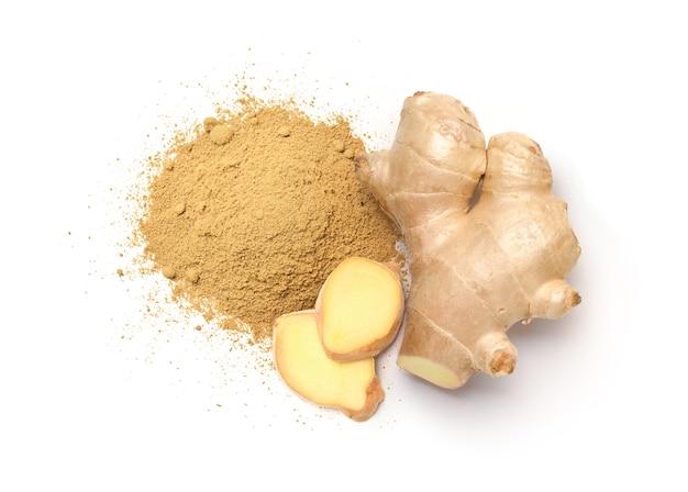Poudre de gingembre avec rhizome de gingembre frais et tranches
