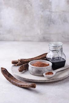 Poudre de gousses de caroube et mélasse ou sirop