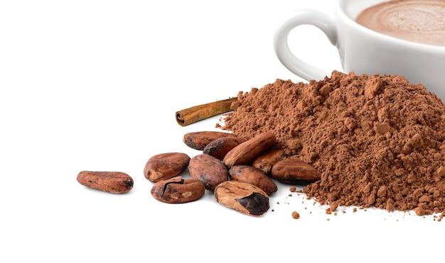 Poudre et haricots de cacao avec la tasse de cacao chaud d'isolement sur le blanc