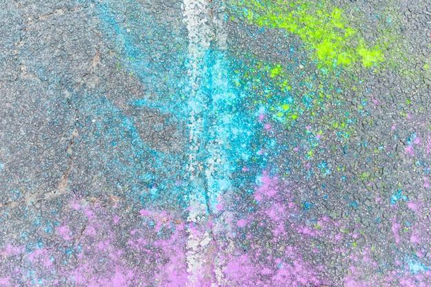 Poudre de holi multicolore sur asphalte