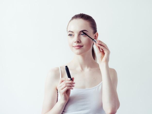 Poudre de maquillage de femme appliquant la peau visage beau portrait naturel féminin.