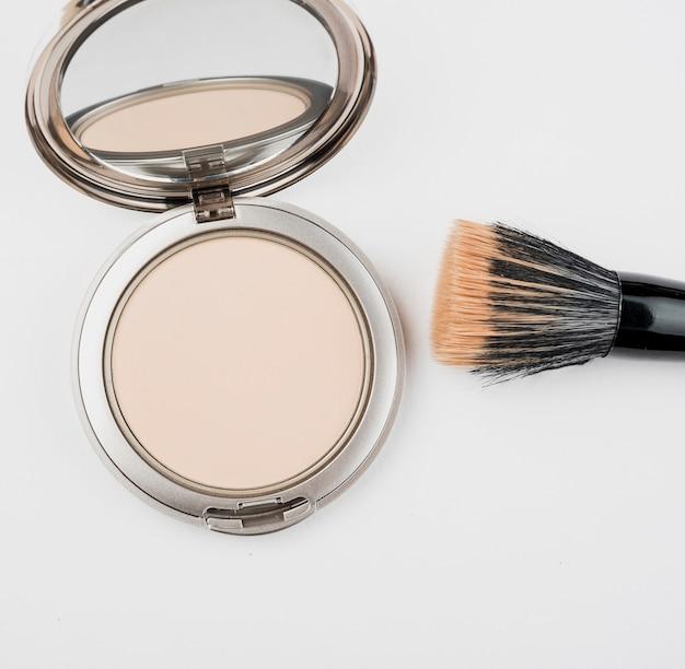 Poudre de maquillage et pinceau de près