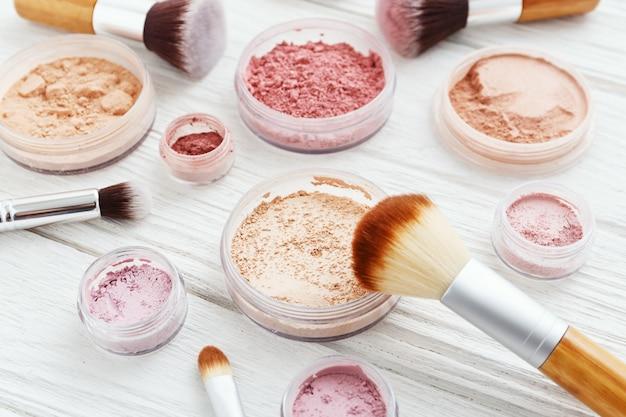 Poudre de maquillage sur table en bois blanc