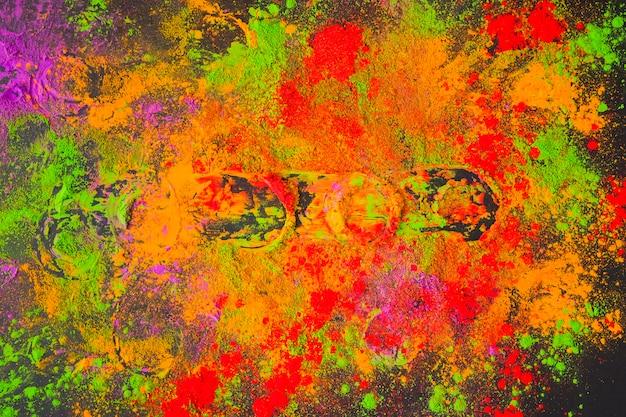 Poudre peinte éparse sur table noire