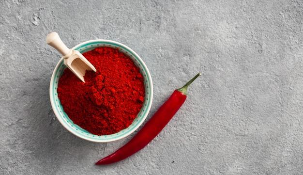 Poudre de piment rouge sur béton avec espace libre pour la vue de dessus du texte
