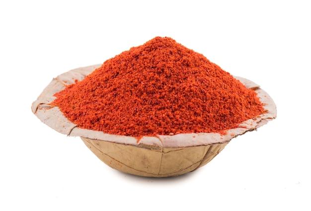 Poudre de piment rouge sur fond blanc