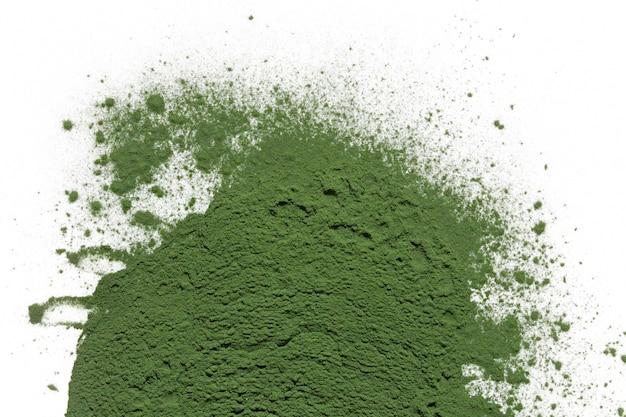 Poudre de spiruline aux algues isolée.