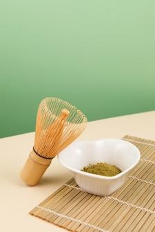 Poudre de thé matcha vert japonais dans un bol en forme de coeur et accessoires de thé