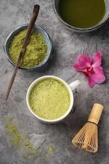 Poudre de thé vert japonais matcha.