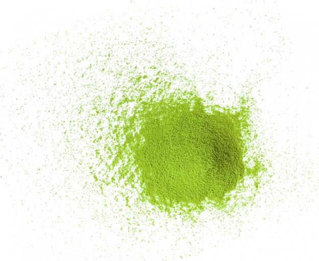 Poudre de thé vert matcha sur blanc
