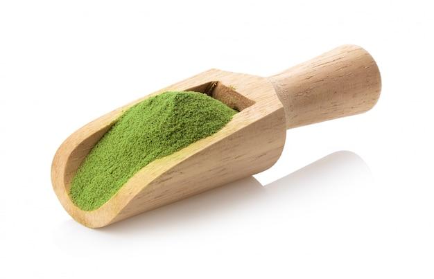 Poudre de thé vert matcha dans une cuillère en bois