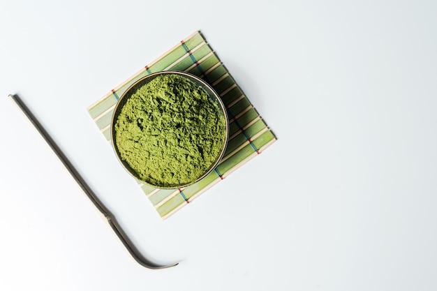 Poudre verte matcha dans un bol isolé sur fond blanc