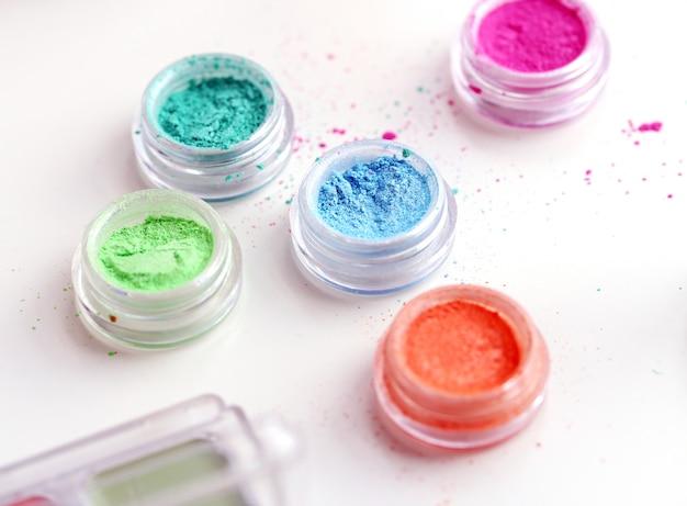 Poudres cosmétiques colorées